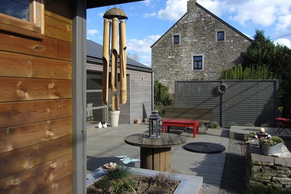 une terrasse avec mobilier de jardin